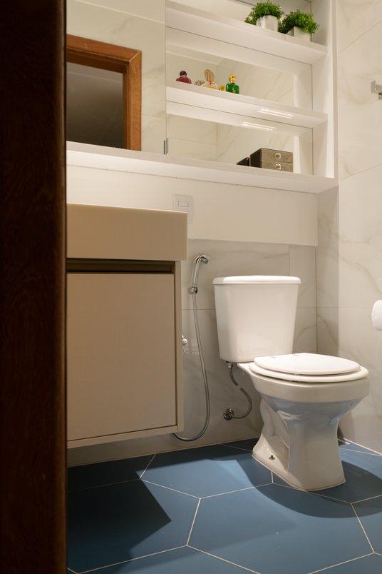 A suavidade do clássico marmorizado com o descontraído retrô. O resultado? Um banheiro que ninguém mais tem! - @costalonga_arquitetura