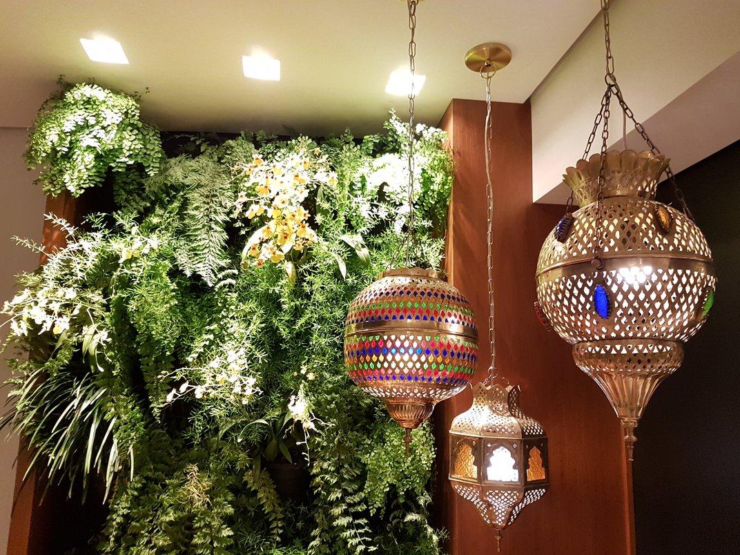 varanda com jardim vertical e luminárias marroquinas