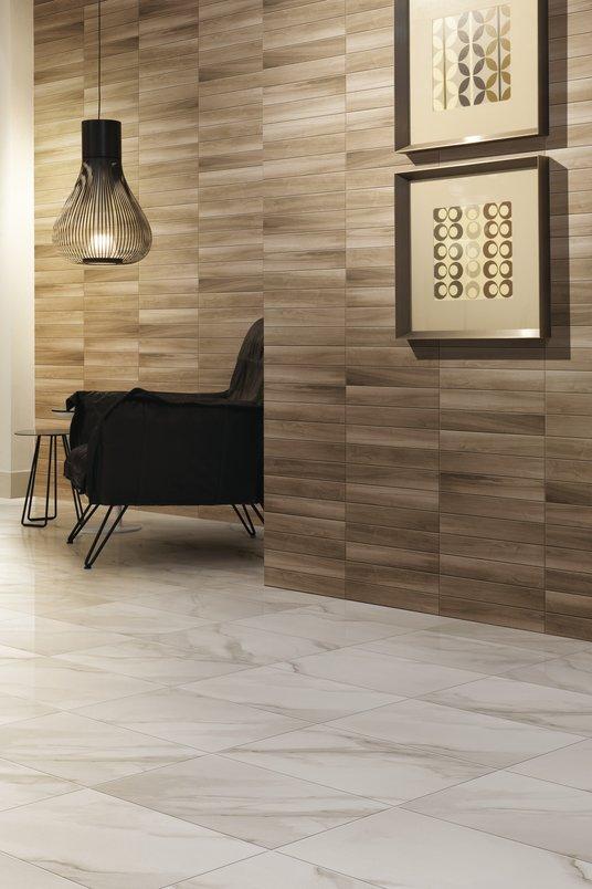 Porcelanato que reproduz madeira reveste parede.