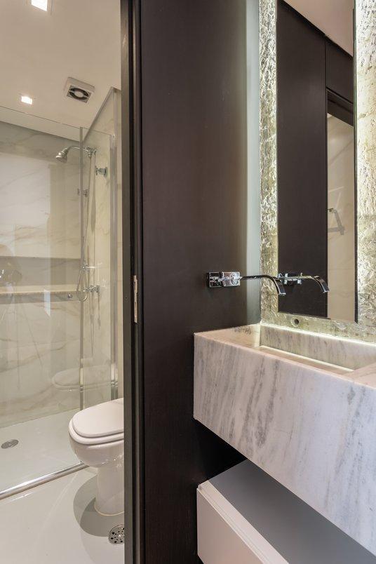 Banheiro clean com revestimento marmorizado