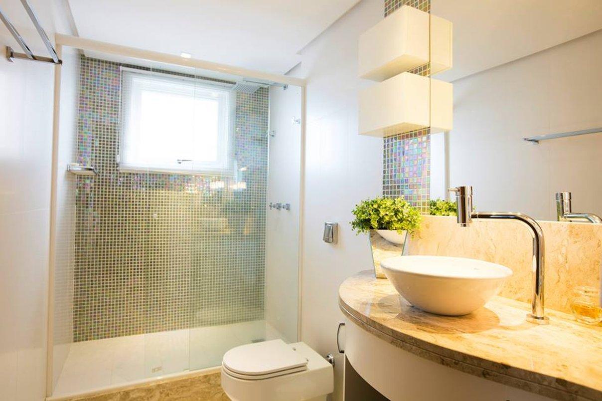 Banheiro Suíte reformado , usamos em alguns detalhes nas paredes as pastilhas Drop metal gold , e no restante revestimento Cetim Bianco 30x60 e no piso o Cetim Bianco 30x30.