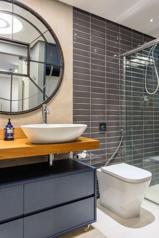 Banheiro masculino bicolor onde o concreto e o liverpool se complementam