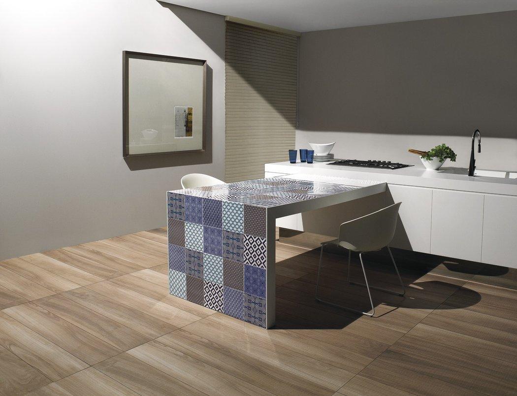 Porcelanato interpreta madeira araucária reveste piso de sala de jantar.