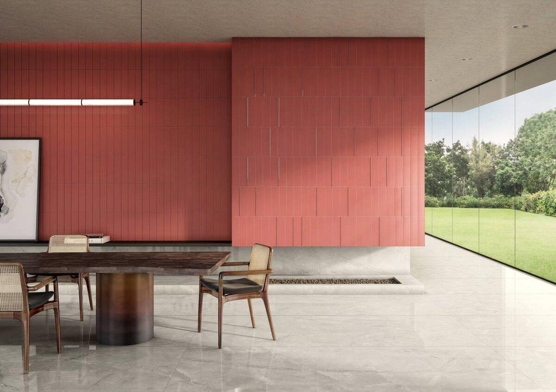 Sala com parede vermelha, cor Arizona.