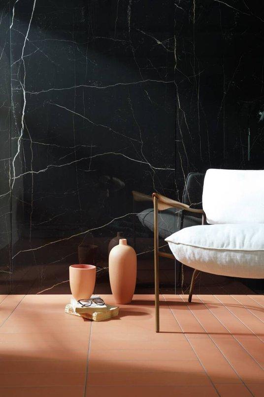 Mármore preto Nero Venato e piso com de argila Terralma Japapão.