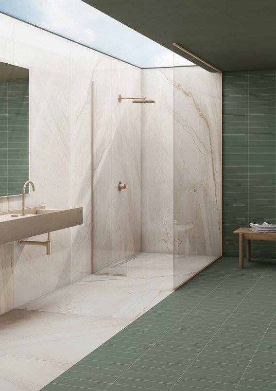 Banheiro verde com lastra marmorizada.