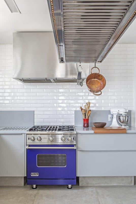 Cozinha estilo industrial com revestimento Concretíssyma e Liverpool Branco.