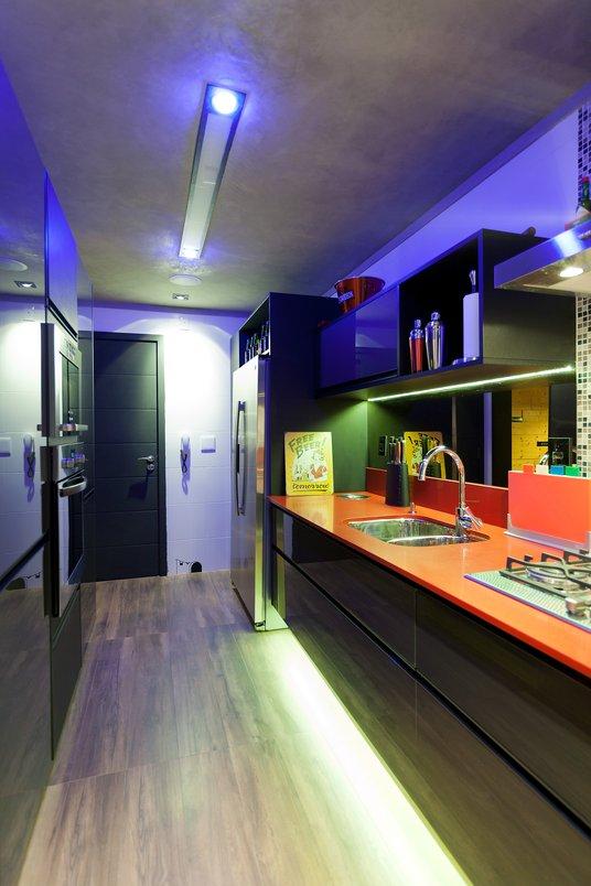 Cozinha moderna com revestimento mineral nas paredes