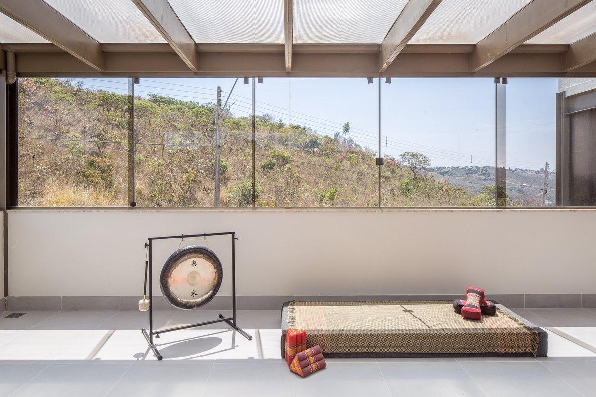 Sala de Yoga Casa MM CoGa Arquitetura com Pietra di Firenze 60x60