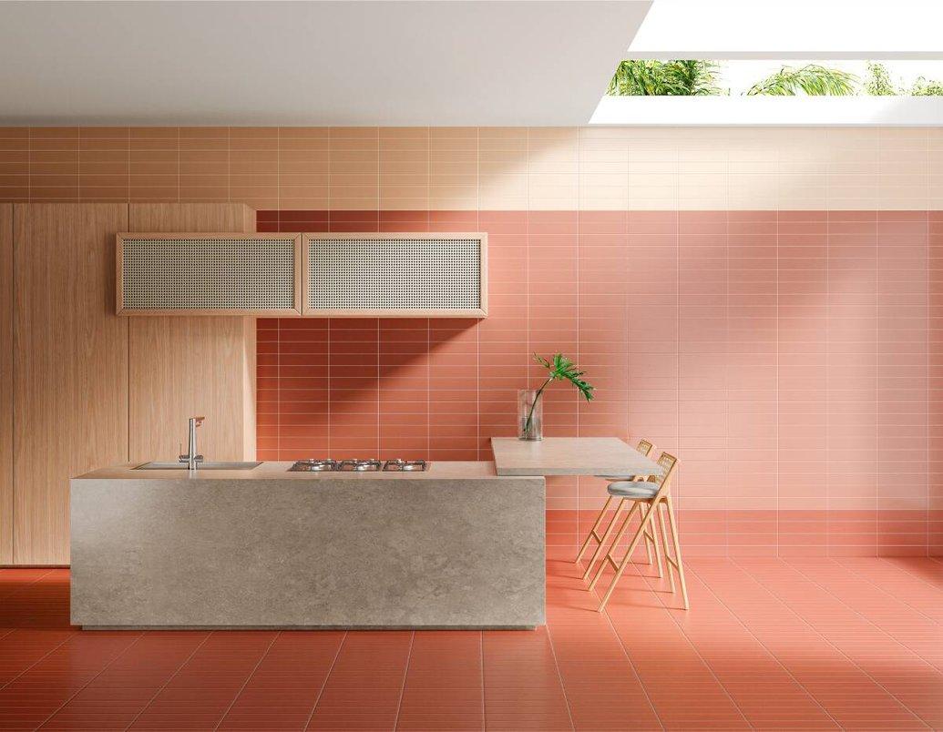 Cozinha gourmet colorida. Ilha revestida com lastra que reproduz o concreto.